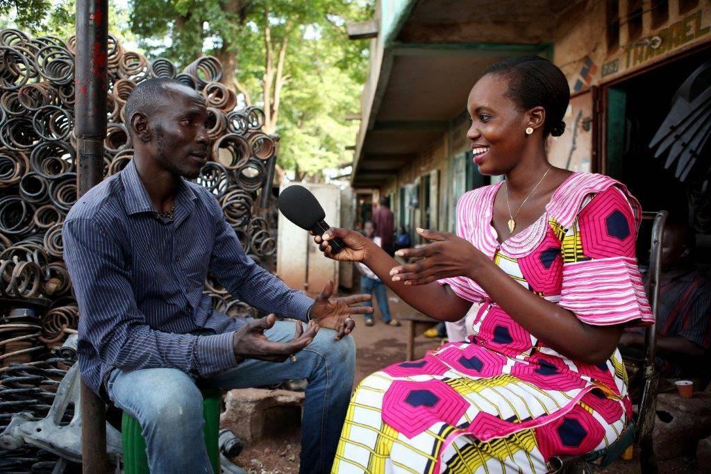 Une journaliste de Studio Tamani en reportage à Bamako, Mali.