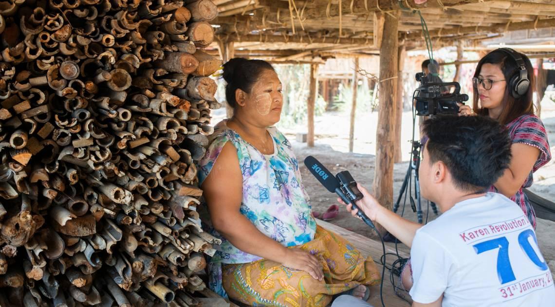 Un journaliste de Doh Athan - Our Voice recueillant un témoignage dans l'état de Kayin, Myanmar, en avril 2019.