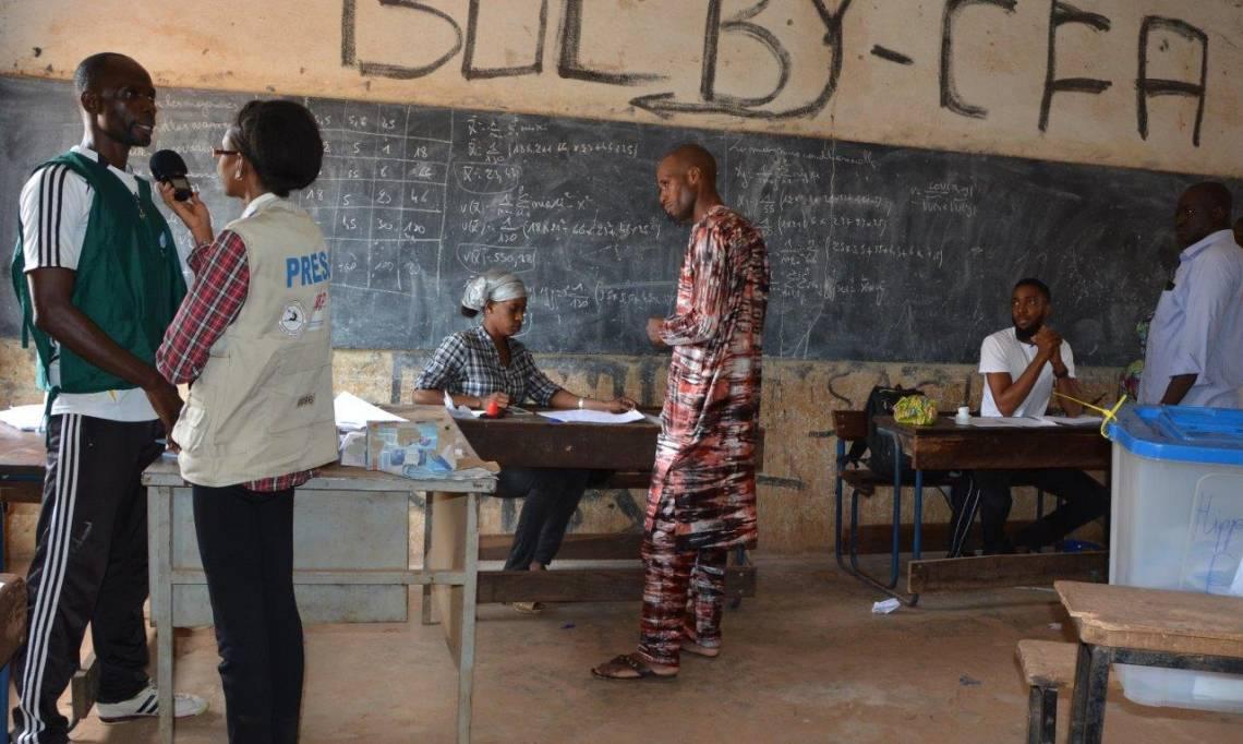 Une journaliste de Studio Tamani en reportage dans un bureau de vote à Bamako, lors du premier tour de l'élection présidentielle au Mali, le 29 juillet 2018.