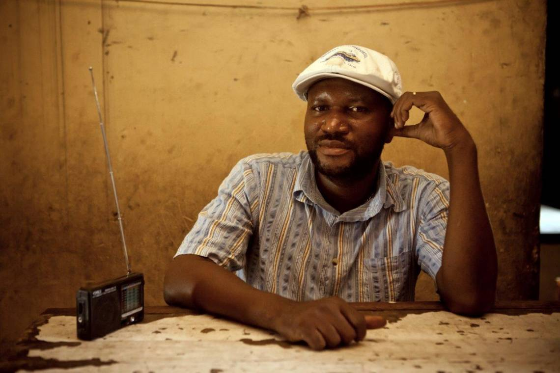 Auditeur de radio à Kinshasa, République démocratique du Congo.
