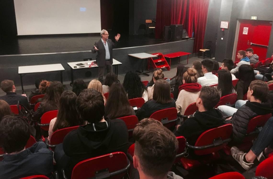 Denis Vincenti anime un débat avec des lycéens à Annecy, France, sur l'information en zones de crise et le travail de la Fondation Hirondelle.