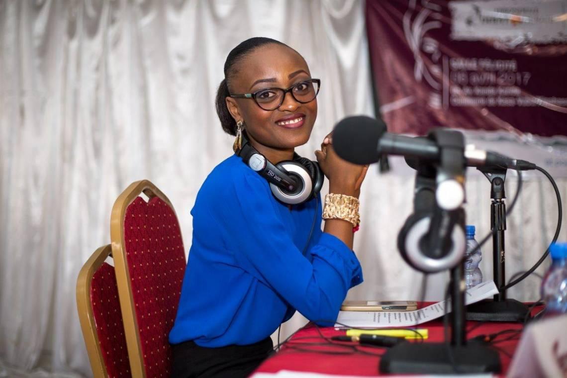 """Nathalie Sala, journaliste congolaise, lors de l'animation d'un débat """"Femmes et élections"""" organisé par la Fondation Hirondelle à Kinshasa."""