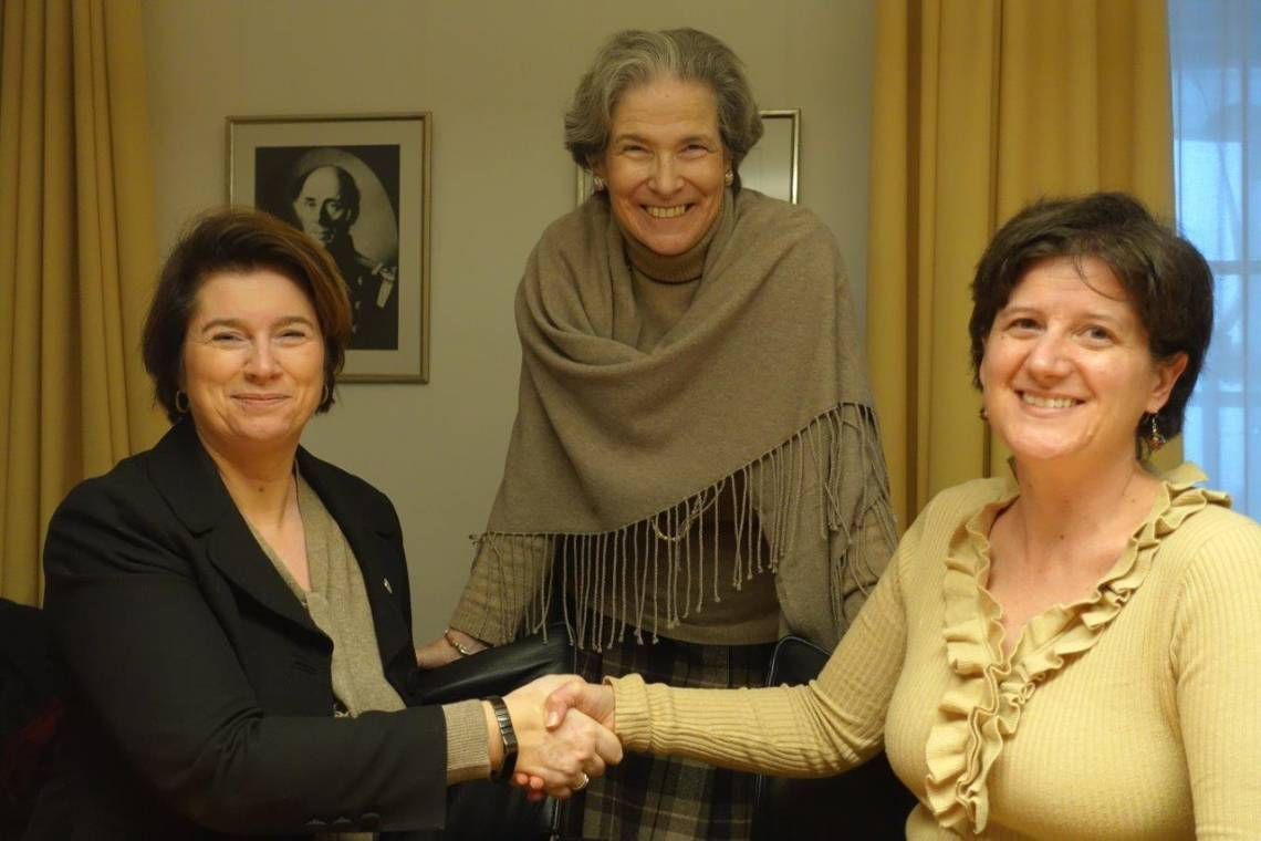 "Signature of the ""Memorandum of Understanding"" between the ICRC and Fondation Hirondelle, in Geneva on December 11, 2017, by Christine Beerli, ICRC Vice-President, Charlotte Lindsey Curtet, Director of Communication and Information Management of the ICRC, and Caroline Vuillemin, Fondation Hirondelle's Executive Director.."