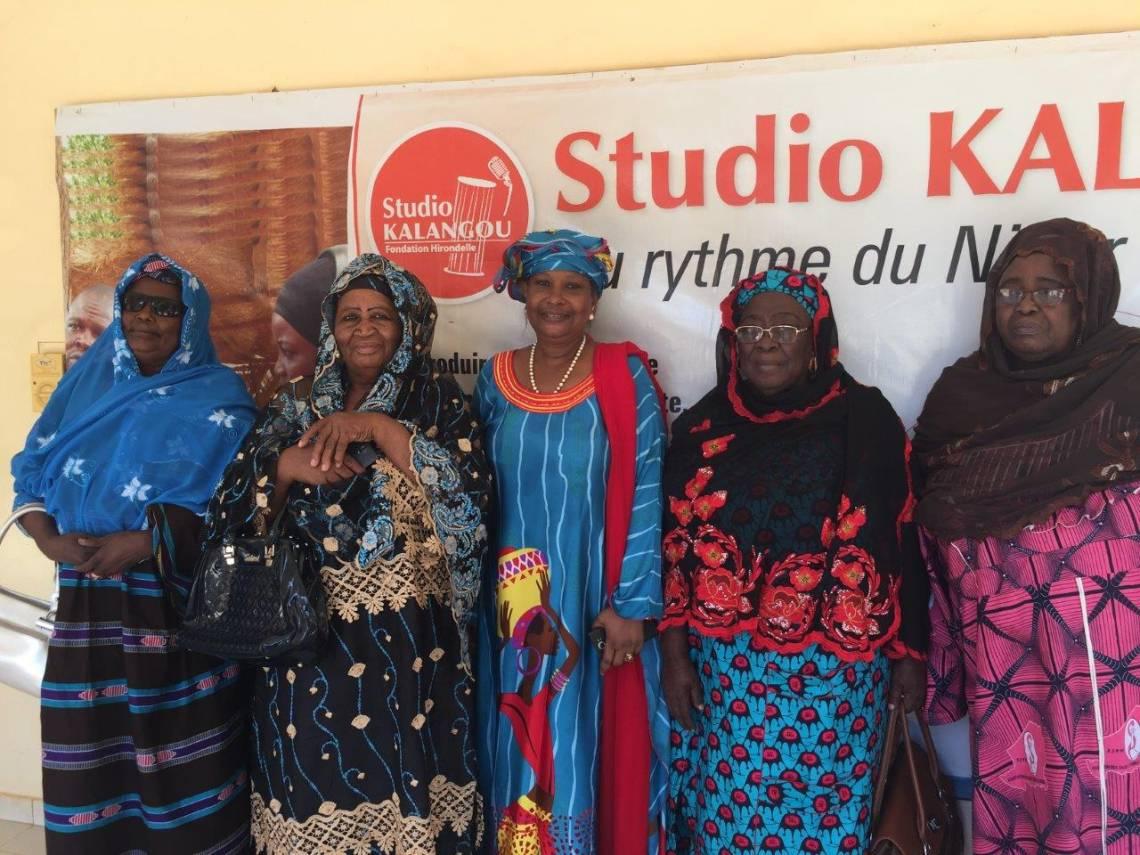 Cinq militantes historiques du droit des femmes au Niger, lors de leur passage au Studio Kalangou, le 13 mai 2018.