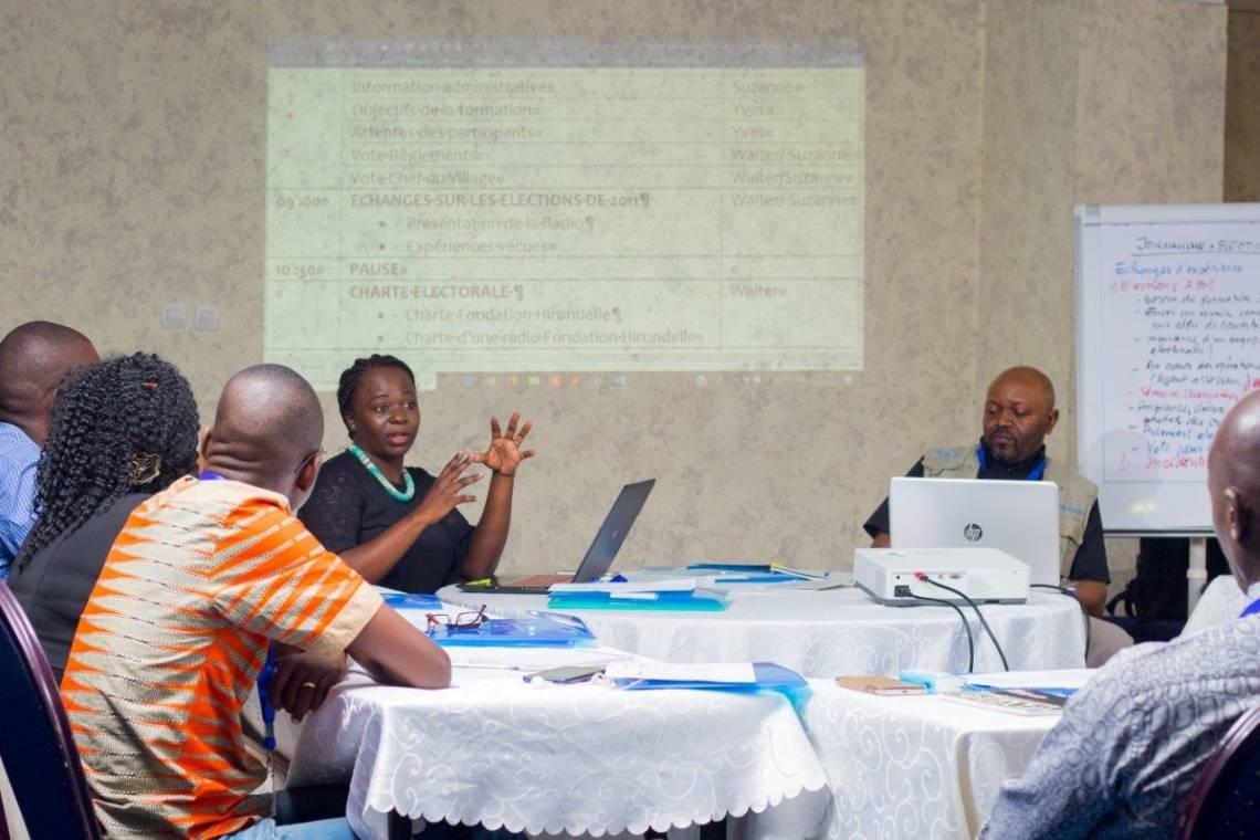 """Suzanne Nzobo, Rédactrice en chef du Studio Hirondelle RDC, anime la formation """"Journalisme et élections"""" à Kinshasa avec Walter Mulondi, Conseiller éditorial."""