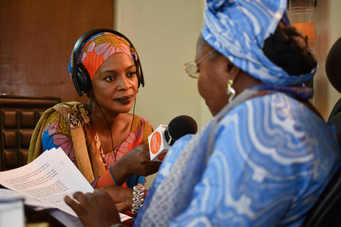 Journaliste de Studio Kalangou en reportage à Niamey, Niger