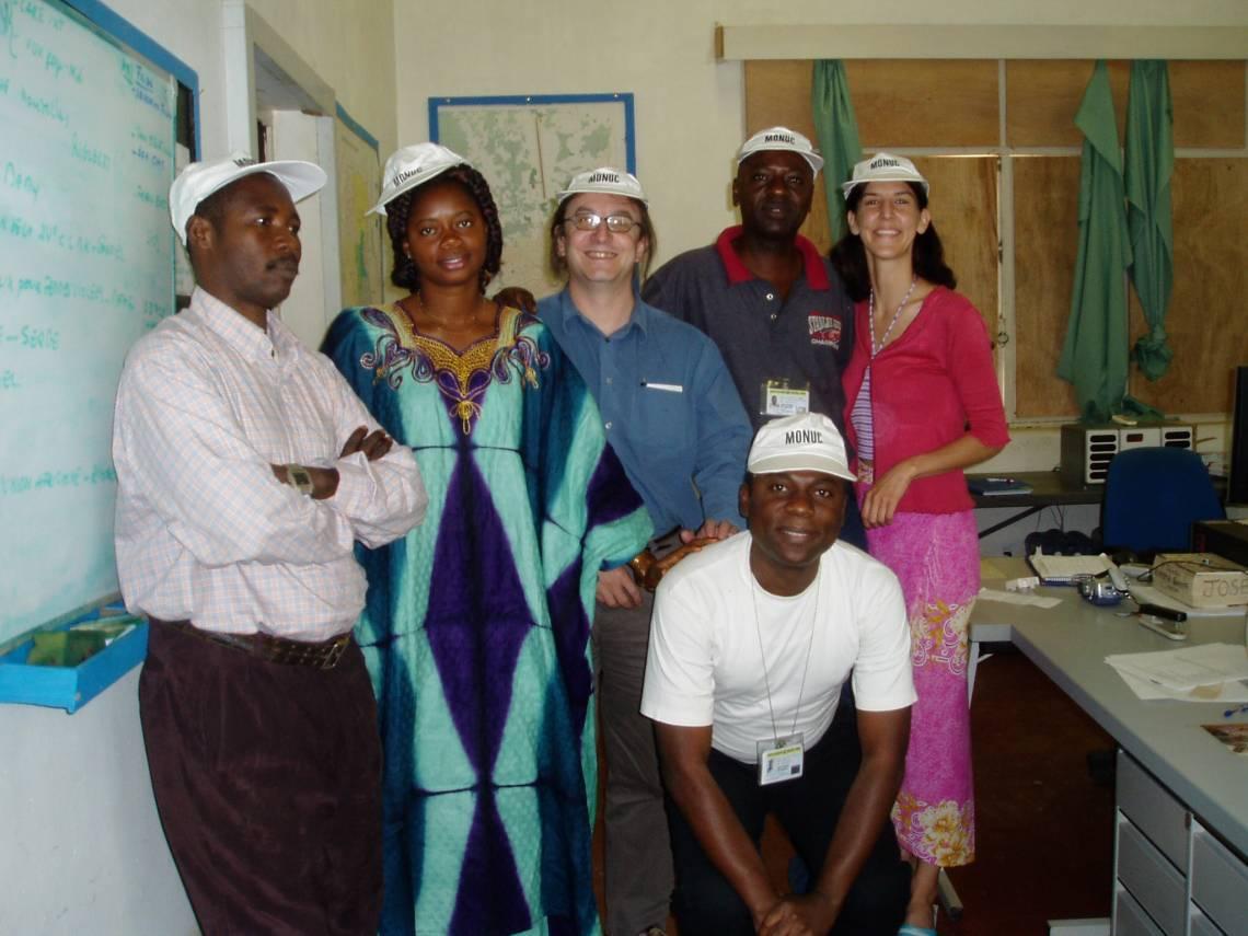 Jennifer Bakody avec les journalistes de Radio Okapi à Kindu et Yves Renard, rédacteur en chef de Radio Okapi, en 2004.