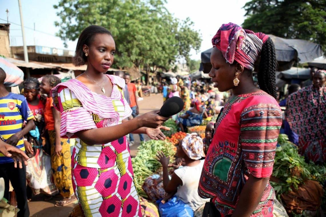 Une journaliste de Studio Tamani en reportage dans un marché à Bamako.