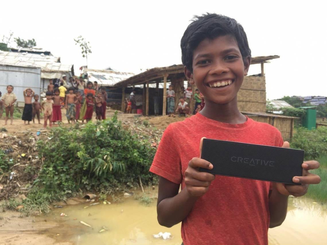 Un jeune réfugié dans le camp de Jamtoli au Bangladesh, lors du test du dispositif d'écoute du programme d'information de la Fondation Hirondelle.