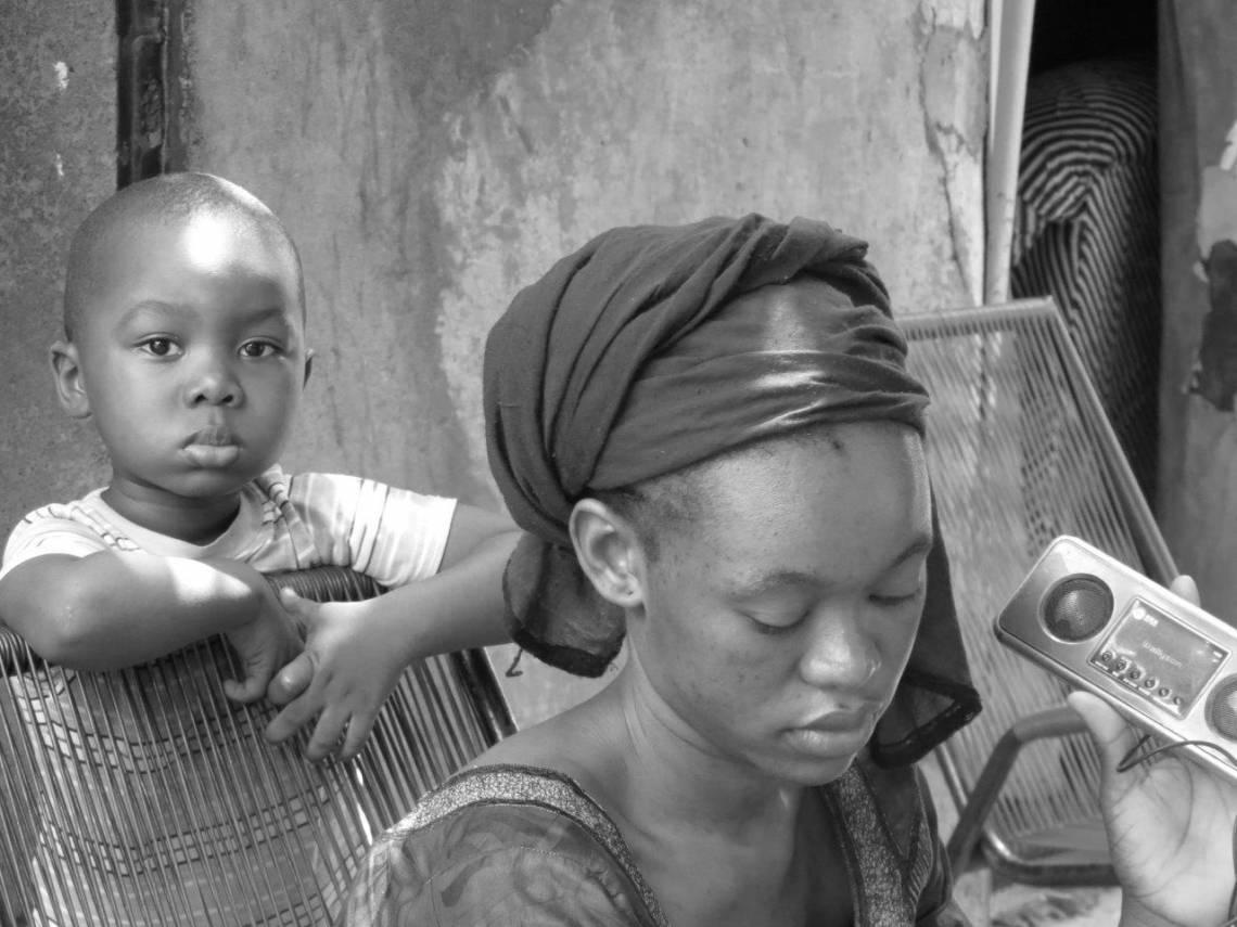 Jeune auditeur à Bamako, Mali.