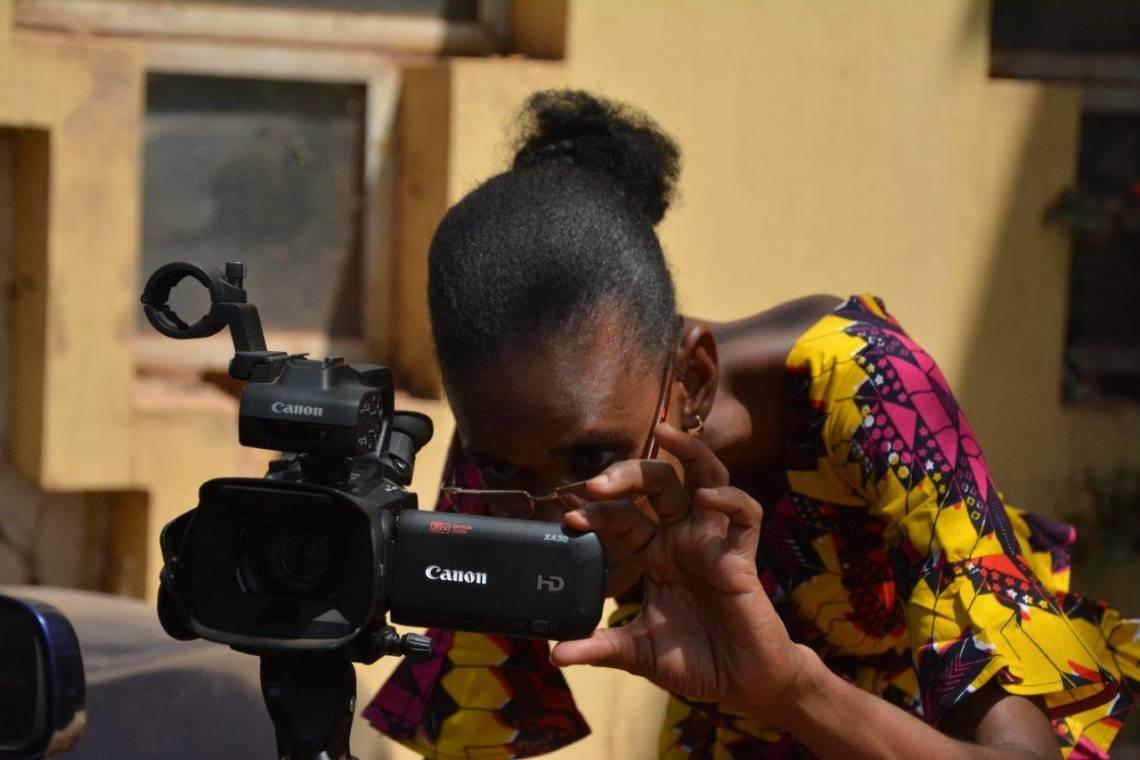Une journaliste de Studio Tamani à Bamako en charge des nouvelles productions vidéo sur les droits des femmes au Mali.