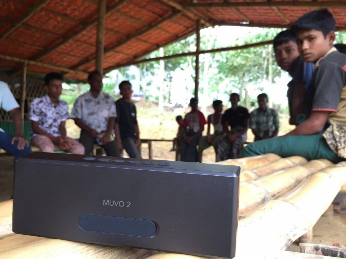 """Un haut-parleur utilisé pour diffuser le programme audio de la """"Jamtoli Information Line"""" dans le camp de réfugiés de Jamtoli, au Bangladesh."""