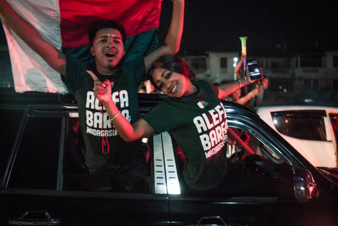 Les attentes de la jeunesse sont fortes et elle a besoin de plateformes pour s'exprimer. Ici de jeunes supporters malgaches à Antananarivo célèbrent la victoire de l'équipe nationale de football contre la RDC lors de la Coupe d'Afrique des Nations, le 7 juillet 2019.