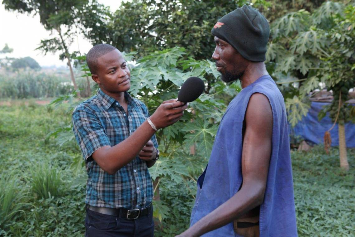 A journalist from Studio Tamani reporting next to the Niger River in Mali.