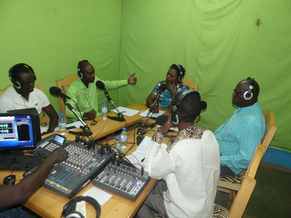Les participants au débat modéré par Sylvie Panika, Directrice de Radio Ndeke Luka, le 26 janvier 2019 dans le studio de la radio à Bangui.