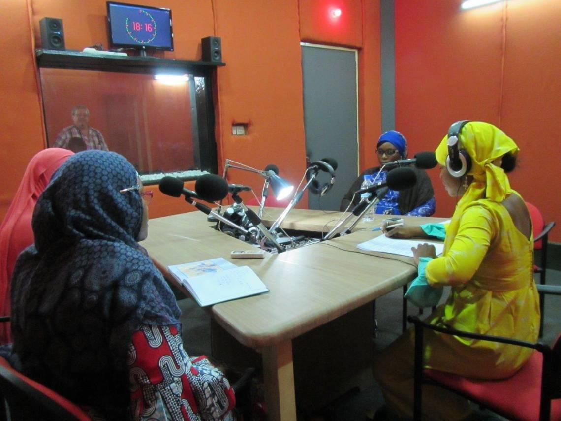 """Dans le studio pendant l'émission """"Forum"""" de Studio Kalangou à Niamey."""