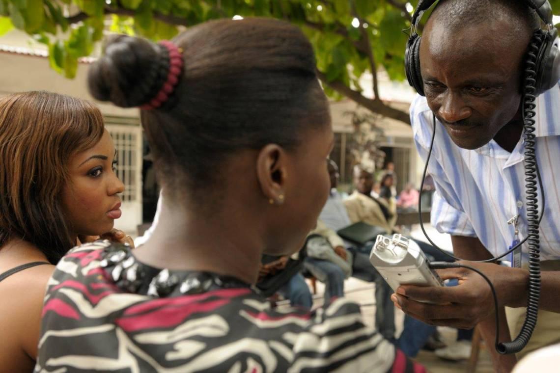 Un journaliste de Radio Okapi en reportage à l'Université de Kinshasa en 2010.