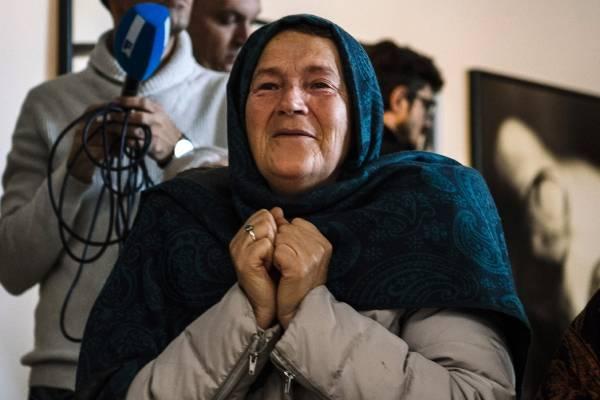 Une proche d'une victime suit l'annonce à la télévision du verdict condamnant Mladic à côté de Srebrenica le 22 novembre.