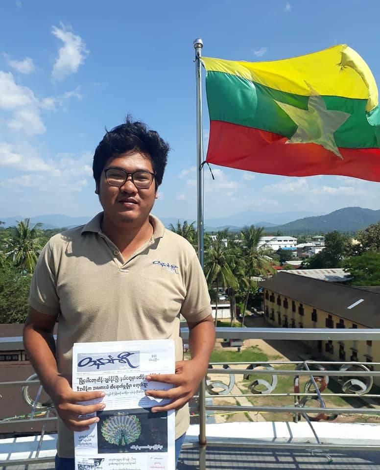 Ye Htut, 27 ans, avec une copie fraîchement imprimée de The Tanintharyi Weekly, le journal qu'il édite.