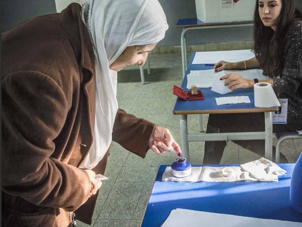 Une femme vote lors des élections présidentielles 2014 en Tunisie.